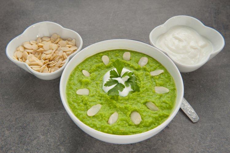 b5863e62c9eda3 Zupa krem z zielonego groszku, jogurtem i płatkami migdałów ...